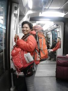nggendong ransel naik turun metro