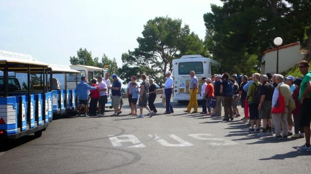 Rapi mengantri untuk satu persatu naik ke kereta mini (Foto: Matatita @Marseille, France)